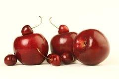 Rote Äpfel und Kirschen Stockfotografie
