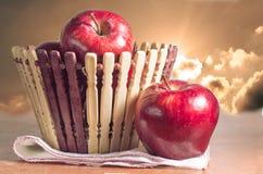 Rote Äpfel und Korb mit Himmel Lizenzfreies Stockfoto