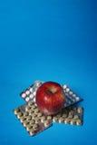 Rote Äpfel und Pillen Lizenzfreies Stockbild