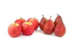 Rote Äpfel und weinartige Birnen auf Weiß Lizenzfreies Stockfoto