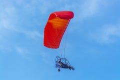 Rote Überdachung angetriebenes Tandem-Para-Segelflugzeug Stockfoto