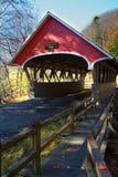 Rote abgedeckte Brücke Stockbild