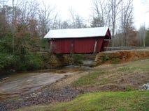 Rote abgedeckte Brücke Lizenzfreies Stockbild