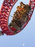 Rote Achterbahn an der großen Geschwindigkeit Stockbilder