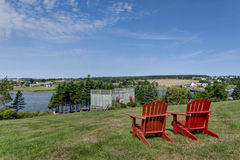 Rote Adirondack Stühle Lizenzfreie Stockfotos