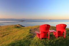 Rote Adirondack-Stühle am Ostpunkt, Saturna-Insel, Golf-Inseln Nationalpark, Britisch-Columbia Lizenzfreie Stockfotos