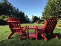 Rote Adirondack-Stühle, zum der Ansicht bei Tofino zu genießen, BC Lizenzfreies Stockfoto