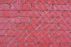 Rote alte Backsteinmauer mit Eisengitter Stockbilder