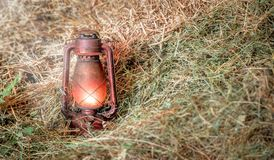 Rote alte beleuchtete Lampe im Heu Lizenzfreies Stockbild