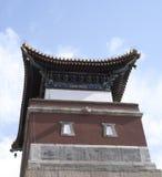 Rote alte chinesische Architektur unter blauem Himmel Stockbilder