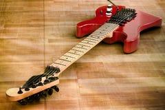 Rote alte Gitarre Stockfotografie