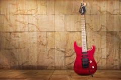 Rote alte Gitarre Lizenzfreies Stockbild