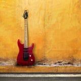 Rote alte Gitarre Lizenzfreie Stockfotografie