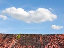 rote alte hölzerne Planken und blauer Himmel Lizenzfreie Stockfotografie