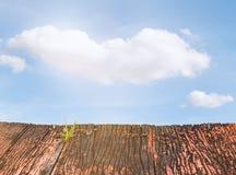 rote alte hölzerne Planken und blauer Himmel Lizenzfreies Stockfoto