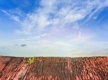 rote alte hölzerne Planken und blauer Himmel Stockfoto
