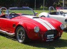 Rote alte vorbildliche Sportwagen Wechselstrom-Kobra Weinleseautoart Stockbilder