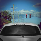 Rote Ampel auf Straße mit Autohalt Stockbild