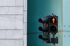 rote Ampel für Fahrzeug und Menschen auf Straße in Berlin, Ger stockfotos