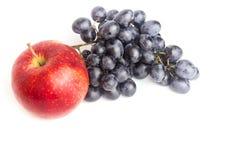 Rote Apfel- und Blautrauben lokalisiert auf weißem Hintergrund Stockbild