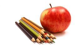 Rote Apfel- und Farbenbleistifte Lizenzfreie Stockfotos