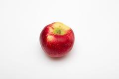 Rote Apfelfrucht auf weißen Hintergründen Lizenzfreie Stockfotos