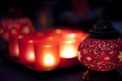 Rote arabische Artkerzehalterung mit Leuchtern. Stockbilder