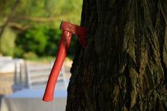 Rote Axt im Baum Stockbild