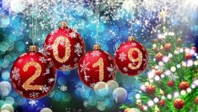 Rote Bälle mit den Nr. 2019, die am Hintergrund eines blauen bokeh und der drehenden Wiedergabe des Weihnachtsbaums 3d hängen stock video footage
