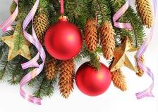 Rote Bälle, Sterne, Â-Serpentin auf dem Weihnachtsbaum Lizenzfreie Stockfotos