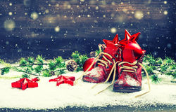 Rote Bälle, Sterne und Schneeflocken der Weihnachtsdekoration Stockfoto