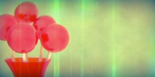 Rote Bälle von Lutschern auf Stock im roten Vase auf Retro- Hintergrund mit flachem DOF Lizenzfreies Stockbild