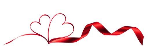 Rote Bänder in Form von zwei Herzen lizenzfreie stockfotos
