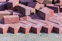 Rote Backsteine auf einer Baustelle Stockbild
