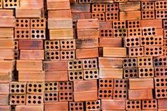 Rote Backsteine für seinen Bau. Lizenzfreie Stockbilder