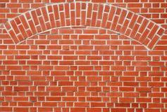 Rote Backsteinmauer mit Bogen Lizenzfreie Stockfotos