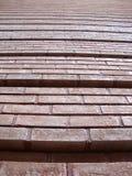 Rote Backsteinmauer mit den Nuten, die aufwärts gehen Stockbilder