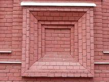Rote Backsteinmauer mit Fensterform Stockbild