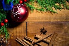 Rote Ball Weihnachtsdekorationen auf einem hölzernen Hintergrund lizenzfreie stockfotos