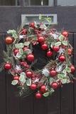 Rote Ball-Weihnachtskranz-Dekoration Lizenzfreie Stockfotos