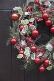 Rote Ball-Weihnachtskranz-Dekoration Lizenzfreie Stockfotografie