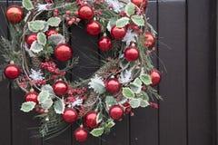 Rote Ball-Weihnachtskranz-Dekoration Lizenzfreies Stockfoto