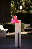 Rote Ballone auf der Säule Lizenzfreies Stockfoto