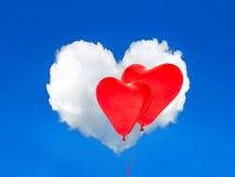Rote Ballone und Herz formten Wolke im blauen Himmel Rote Rose Stockfoto