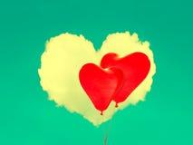 Rote Ballone und Herz formten Wolke im blauen Himmel Rote Rose Stockfotografie