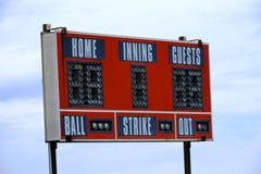 Rote Baseball-Anzeigetafel für Spiel mit Himmel lizenzfreie stockfotos