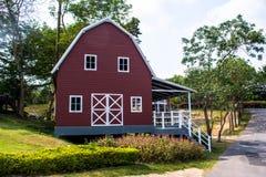 Rote Bauernhofhalle Lizenzfreie Stockfotos