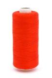 Rote Baumwollbandspule über Weiß Stockbild