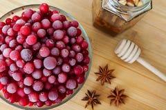 Rote Beere mit Anis, Honig und Honigschöpflöffel Stockfoto