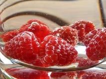 Rote Beeren in einem Dekantiergefäß Stockbild
